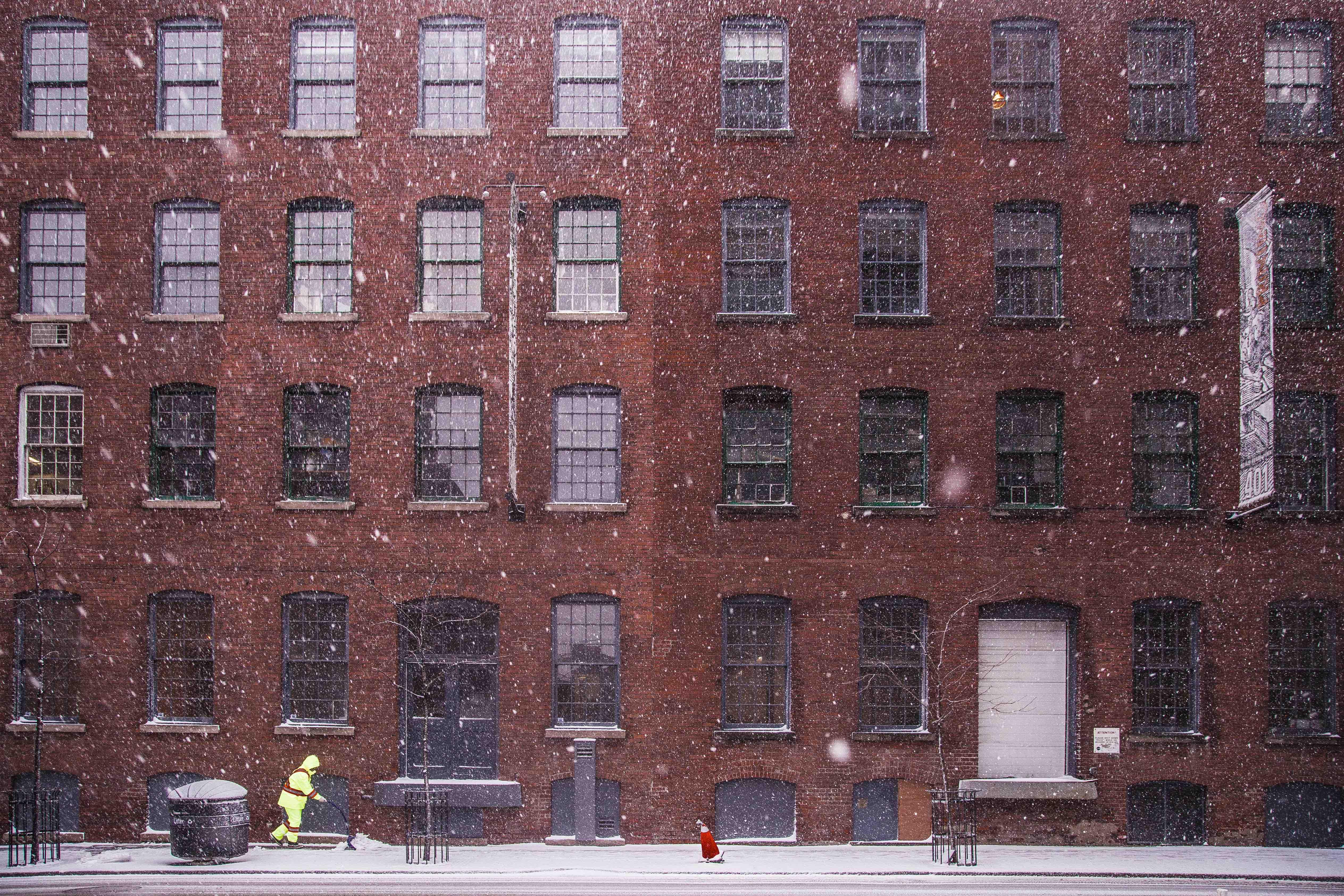 Schnee schieben im Winter. Kein Problem für Gartentyp´s Winterdienst.