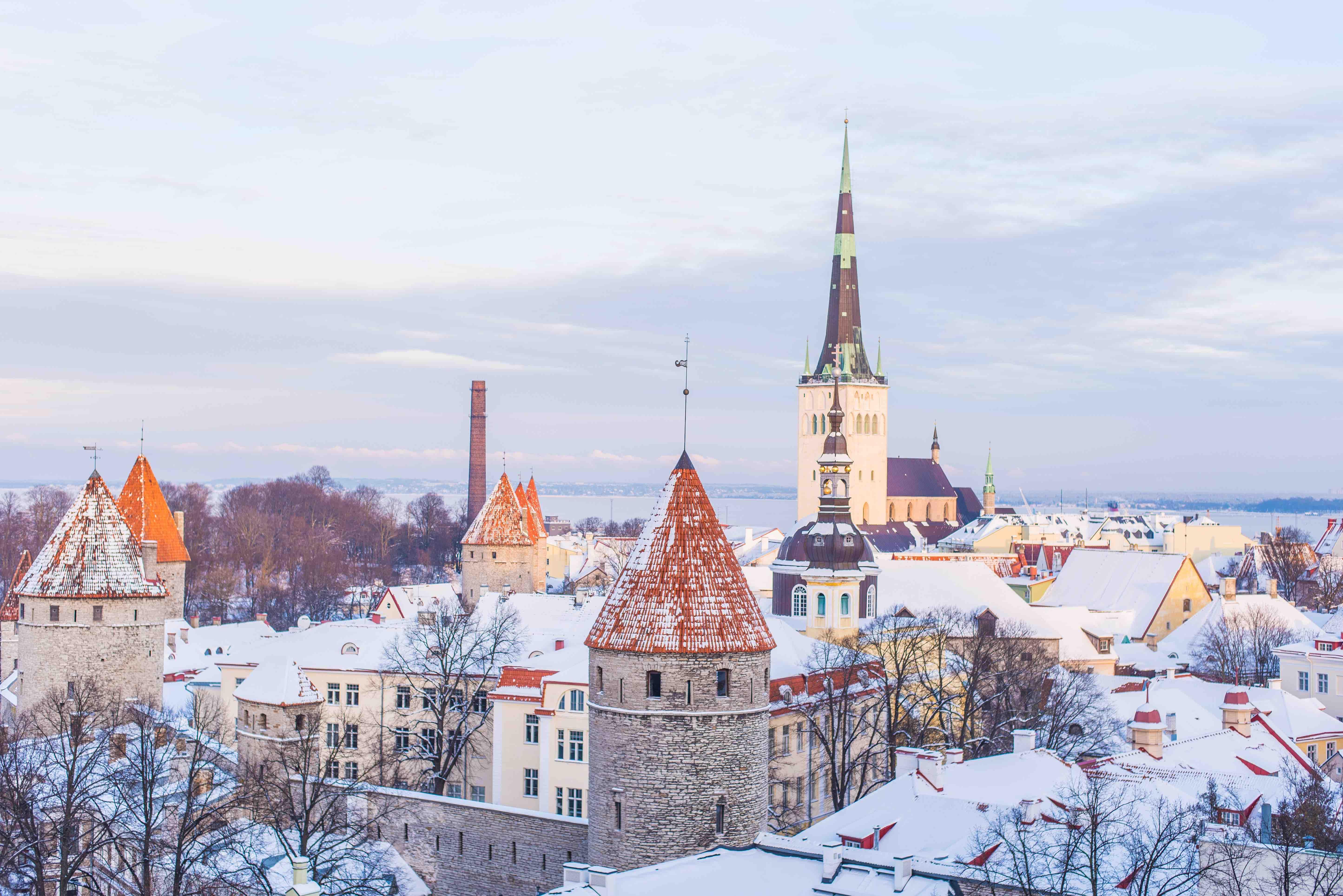Eine winterlich verschneite Stadt. Unser Winterdienst erledigt den Rest.